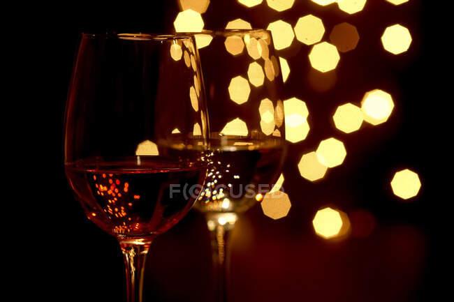 Germania, Bicchieri di vino con luci natalizie sullo sfondo — Foto stock
