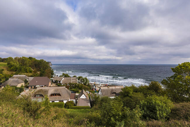 Germania, Meclemburgo-Pomerania occidentale, Isola di Ruegen, Capo Arkona, Vitt, Villaggio sulla costa il giorno nuvoloso — Foto stock