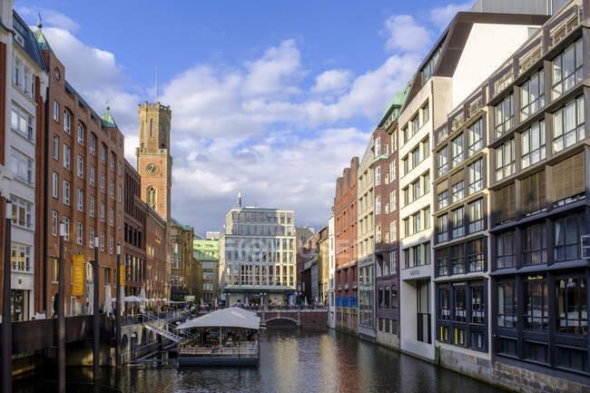 Германия, Гамбург, здания вдоль канала Блайхенфлит с башней Alte Post на заднем плане — стоковое фото