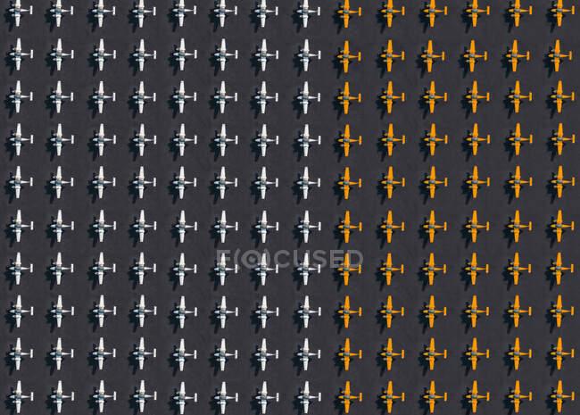 Vista aérea de filas de aviones blancos y anaranjados - foto de stock