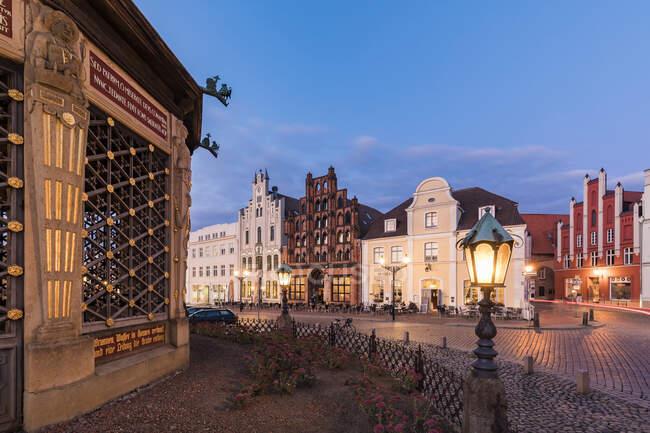 Germany, Mecklenburg-West Pomerania, Wismar, Hanseatic City, Market Square with waterworks from 1602 (Wasserkunst) at dusk — Stock Photo