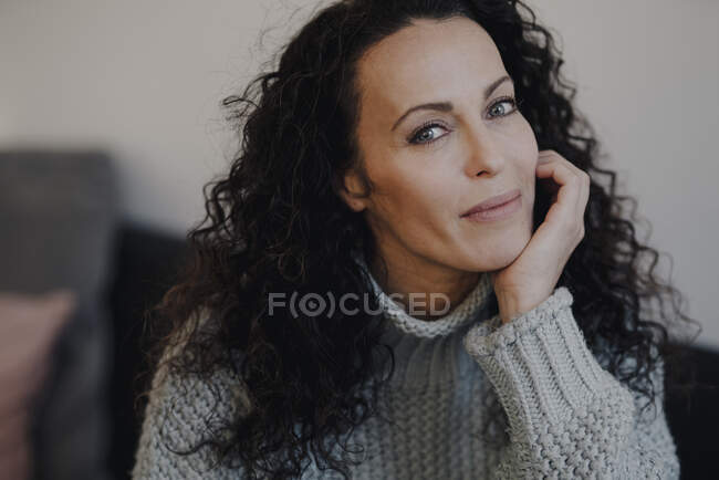 Portrait of a beatiful woman, with chin in hand — Stock Photo