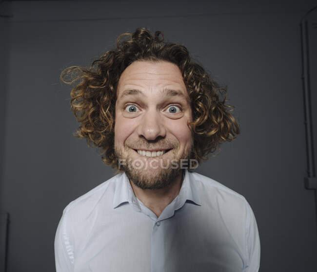 Porträt eines Geschäftsmannes mit lustigen Gesichtern — Stockfoto