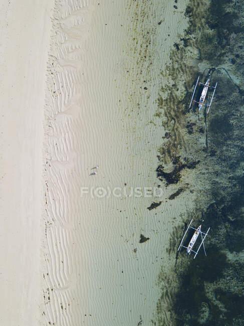 Индонезия, Бали, пляж Нуса Дуа, Вид с воздуха на стоящие на якоре лодки — стоковое фото