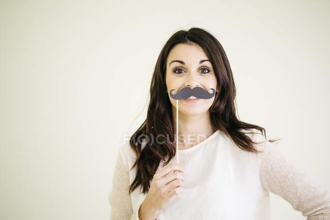 Portrait de jeune femme avec fausse moustache — Photo de stock