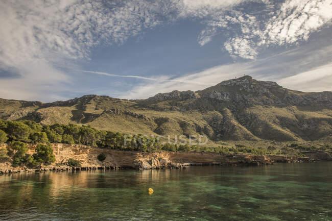 Spagna, Maiorca, Costa del mare con Serra de Tramuntana sullo sfondo — Foto stock