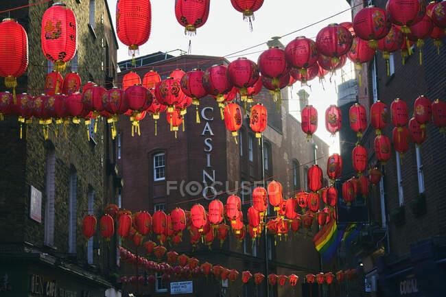 Regno Unito, Inghilterra, Londra, lanterne cinesi appese sulla strada di Chinatown — Foto stock