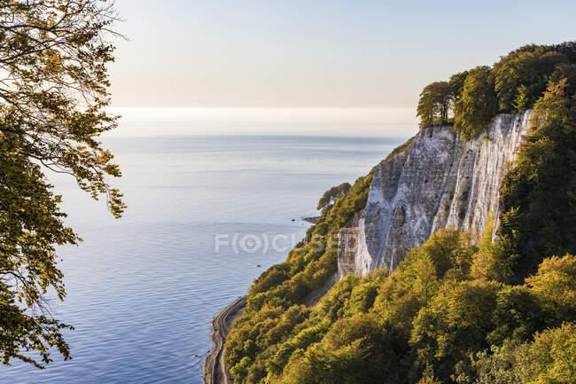 Germany, Mecklenburg-West Pomerania, Ruegen Island, Jasmund National Park, Chalk cliffs and Baltic sea at sunset — Stock Photo