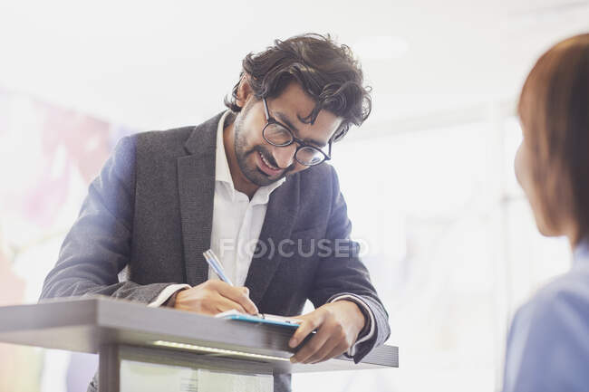 Formulario de cumplimentación del paciente en la recepción de una consulta dental - foto de stock