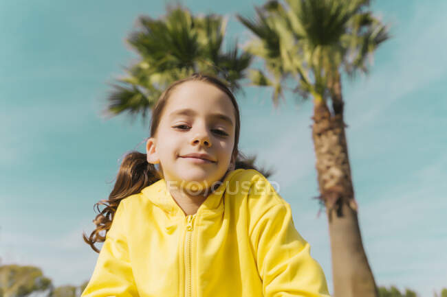 Retrato de niña con chaqueta amarilla - foto de stock