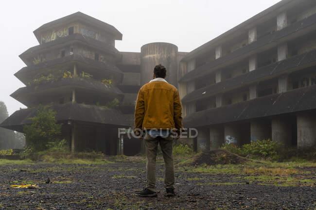 Vista traseira do homem em pé no edifício abandonado, Ilha de São Miguel, Açores, Portugal — Fotografia de Stock