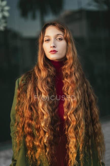 Retrato de jovem ruiva com lábios vermelhos — Fotografia de Stock