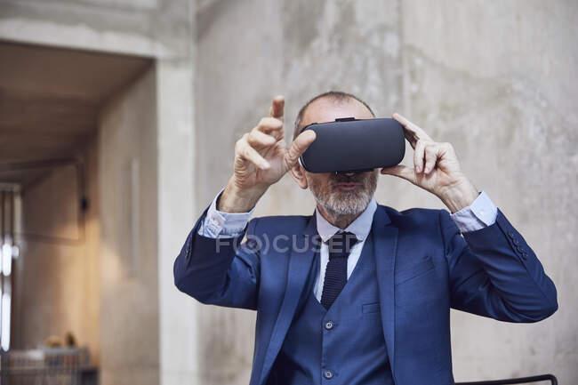 Senior businessman using VR glasses — Stock Photo