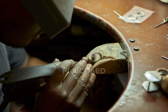 Man repairing a ring with a missing diamond — Stock Photo