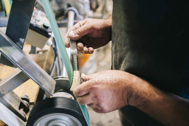 Artesanato trabalhando em facas em sua oficina — Fotografia de Stock
