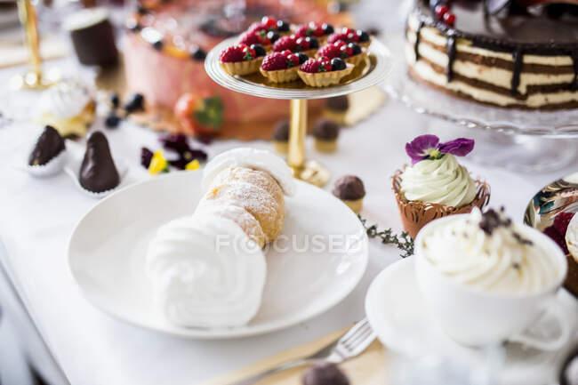 Обеденный стол со всеми видами закусок и десертов — Stock Photo