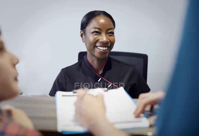 Retrato de recepcionista sonriente en una consulta dental - foto de stock