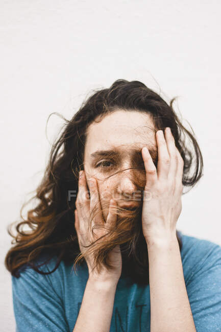 Retrato de una joven deprimida - foto de stock