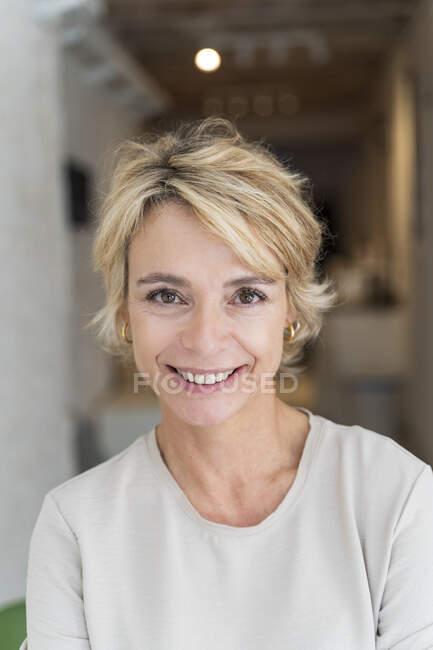 Portrait de femme mûre souriante au bureau — Photo de stock