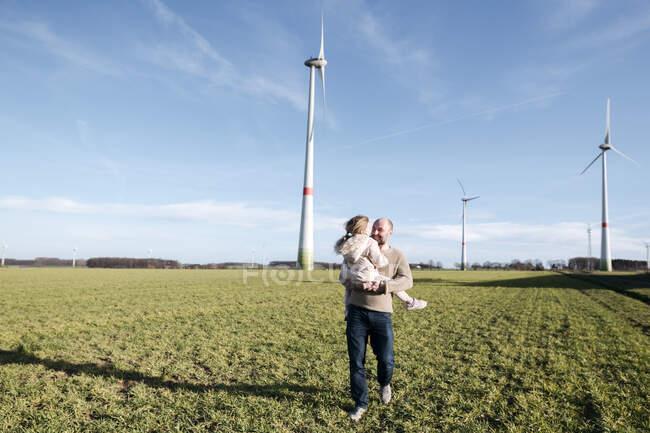 Père heureux avec sa petite fille sur un champ — Photo de stock
