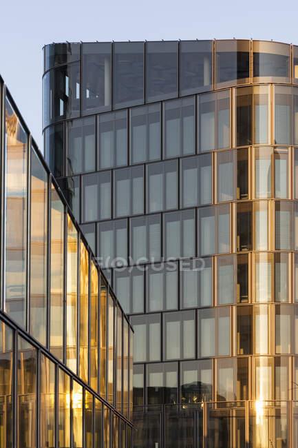 Німеччина, Баварія, Мюнхен, Glass exterior of modern building in Bavaria Towers complex — стокове фото