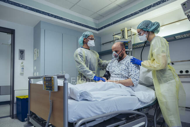 Médicos que dão respiração artificial ao paciente na unidade de emergência de um hospital — Fotografia de Stock