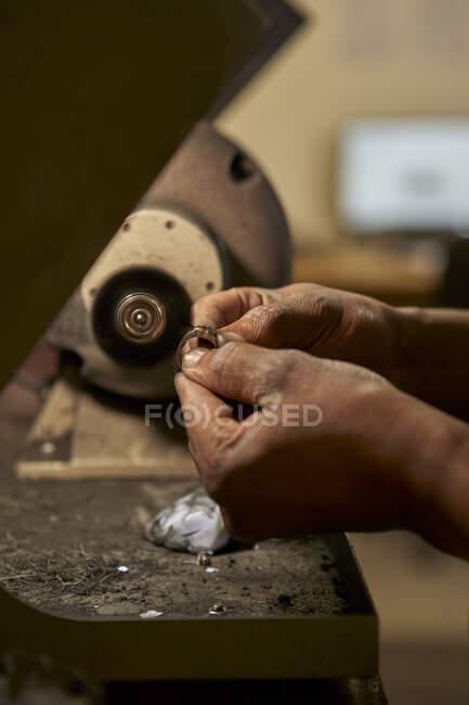 Homem polir um anel de diamante — Fotografia de Stock