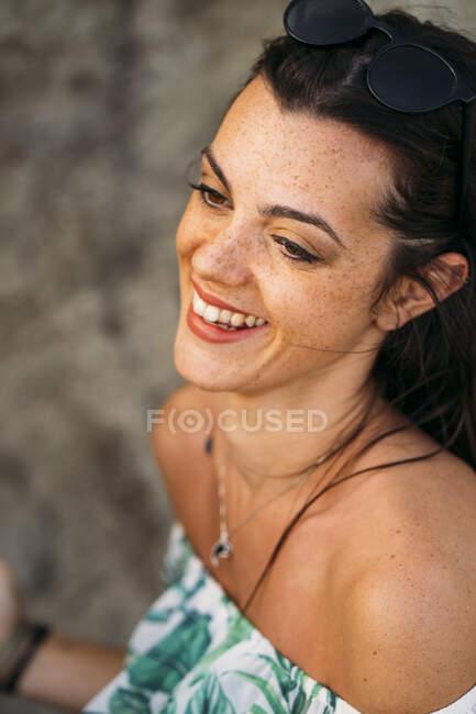 Молодая женщина смеется над пляжем — стоковое фото