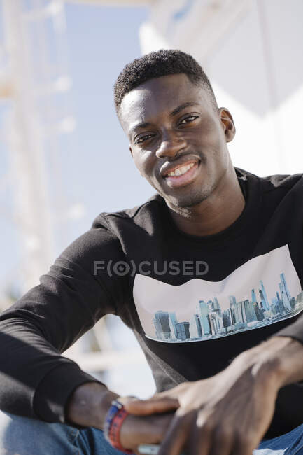 Retrato de un joven sonriente al aire libre - foto de stock