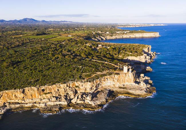 Spagna, Isole Baleari, Santanyi, Veduta aerea delle scogliere costiere e Torre den Beu — Foto stock