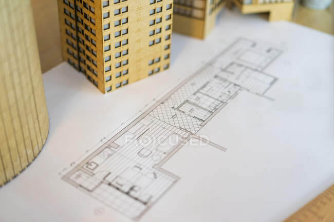 Architectural model and plan on table — Stock Photo