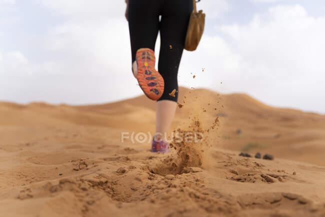 Pés de uma mulher correndo na duna de areia no deserto do Saara, Merzouga, Marrocos — Fotografia de Stock