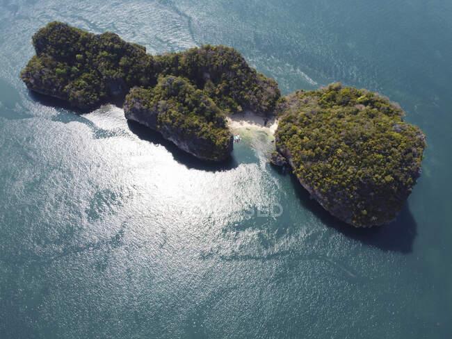 Isola rocciosa nel mare, Ko Yao Yai, Thailandia — Foto stock