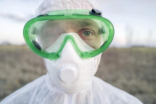 Retrato de homem vestindo terno protetor e óculos — Fotografia de Stock