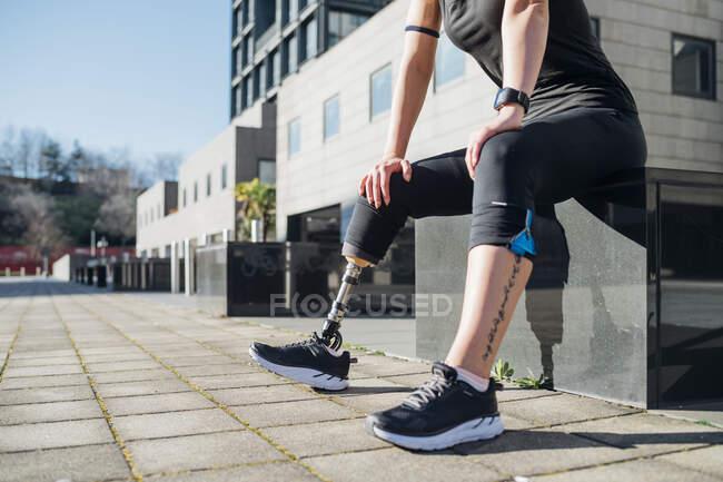 Низкая часть спортивной молодой женщины с протезом ног в городе — стоковое фото