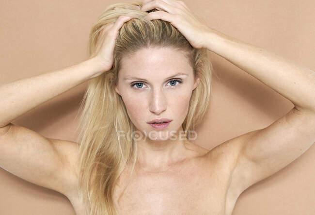 Портрет прекрасної блондинки. — стокове фото