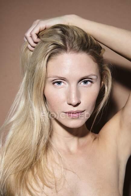 Retrato de mulher loira bonita — Fotografia de Stock