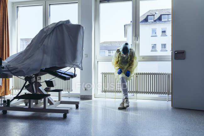Виснажений лікар носив особисте захисне знаряддя в лікарні. — стокове фото