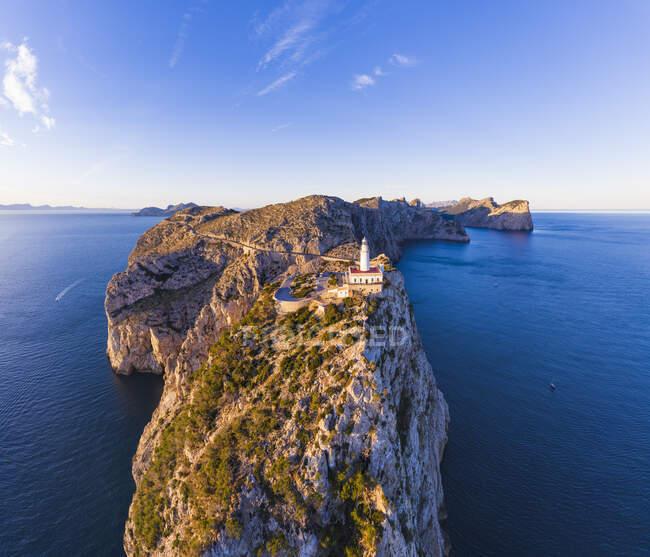 Spagna, Maiorca, Veduta aerea del faro di Formentor all'alba — Foto stock