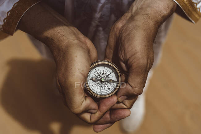 Mani che tengono bussola nel deserto, vista elevata — Foto stock