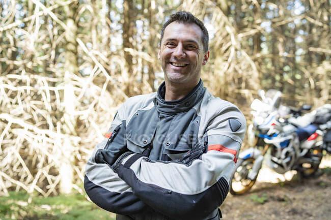 Retrato de un motociclista feliz - foto de stock