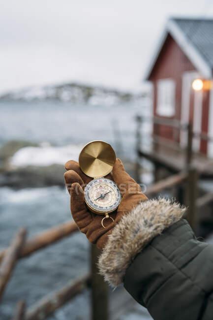 Primo piano della bussola a mano sulla costa, Lofoten, Norvegia — Foto stock