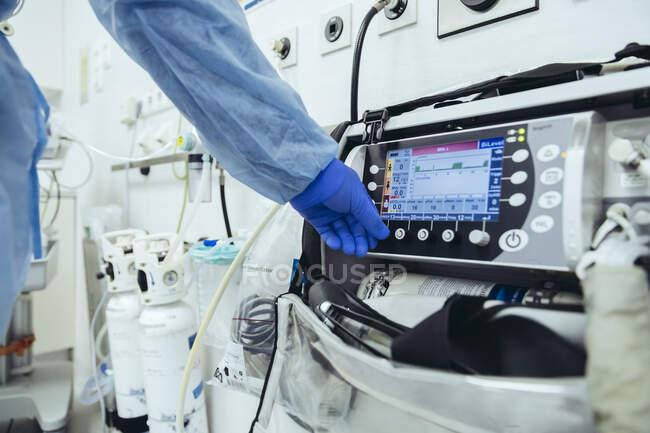 Close-up do médico na sala de emergência de um hospital com equipamento respiratório — Fotografia de Stock