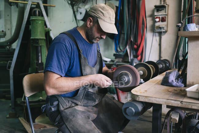 Artesãos fazendo facas em sua oficina — Fotografia de Stock