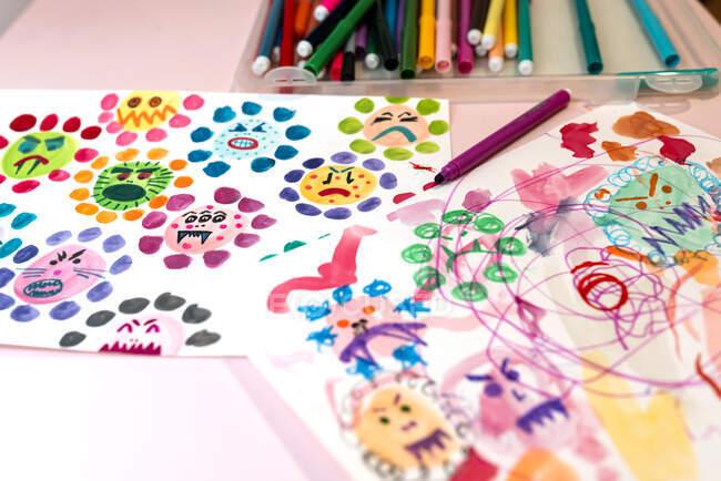 Дитячі малюнки потворних вірусів з аквареллю та маркерами кольорів. — стокове фото