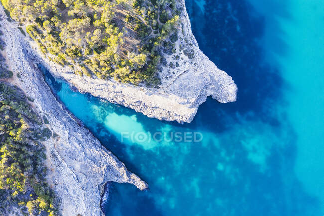 Spagna, Isole Baleari, Santanyi, Veduta aerea delle scogliere di Calo den Perdiu nel Parco Naturale di Mondrago — Foto stock