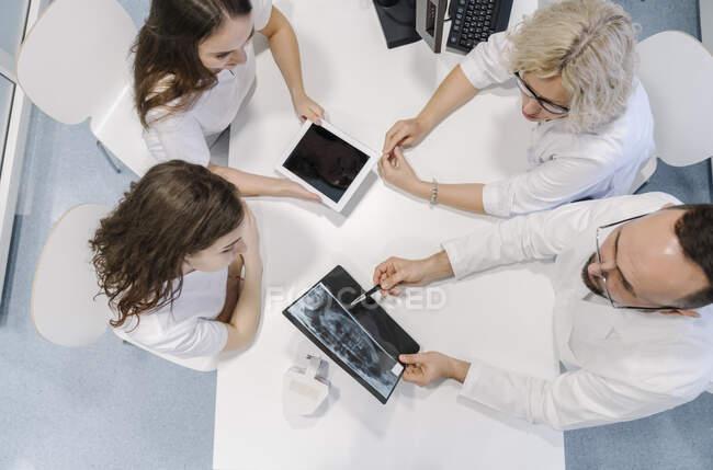 Стоматологи говорять про рентгенівські результати для пацієнта. — стокове фото