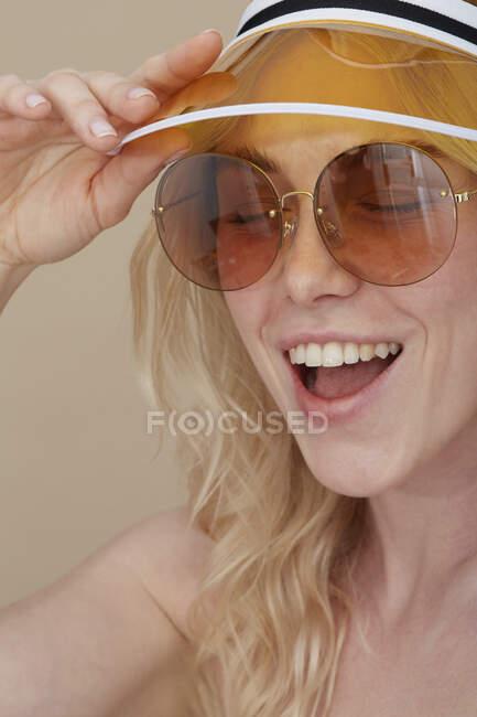 Портрет щасливої молодої жінки у сонцезахисних окулярах і сонцезахисних окулярах. — стокове фото