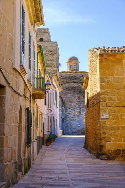 España, Islas Baleares, Mallorca, Alcudia, Casco antiguo con Iglesia de San Jaume de fondo - foto de stock
