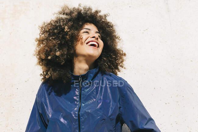 Porträt einer glücklichen, stylischen jungen Frau im Trainingsanzug — Stockfoto